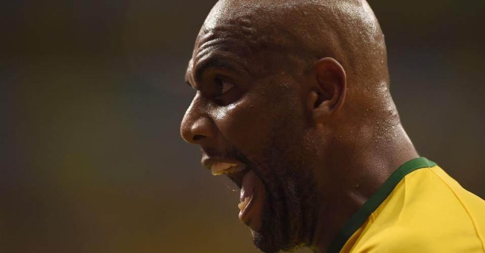12.jul.2014 - Lateral Maicon grita durante a derrota brasileira para a Holanda por 3 a 0 no Mané Garrincha