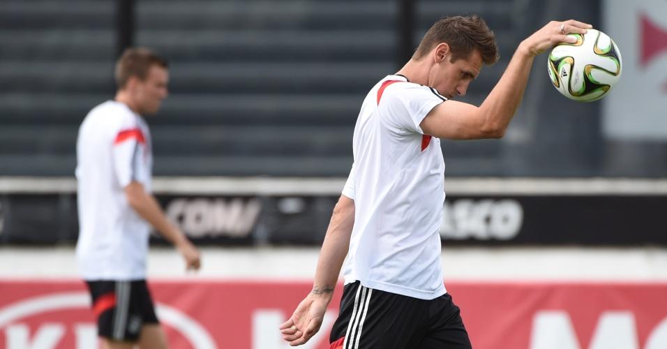 Maior artilheiro de todas as Copas, Klose bate bola com as mãos em treino da Alemanha