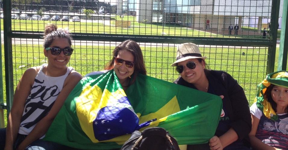 Meninas aguardam para ver jogadores da seleção brasileira antes do jogo deste sábado