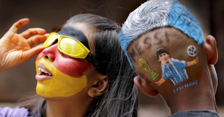 Na índia, fãs de Alemanha e Argentina pintam as cores das seleções na véspera da final da Copa do Mundo, no Maracanã
