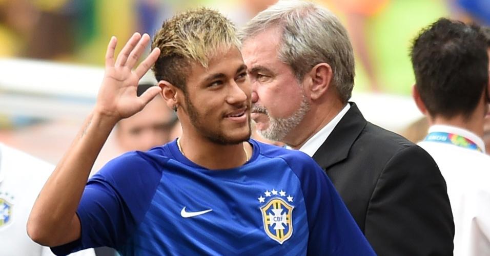 12.jul.2014 - Neymar entra em campo com os companheiros de seleção e acena para o público antes do jogo no Mané Garrincha