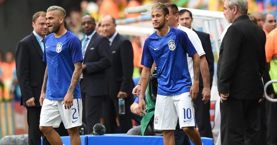 12.jul.2014 - Neymar vai ao gramado do Mané Garrincha ao lado de Daniel Alves, antes da partida entre Brasil e Holanda