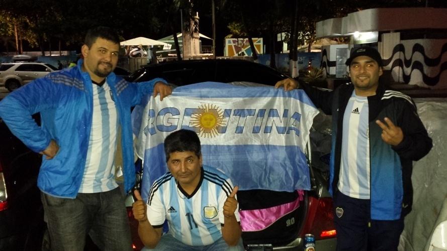 Os argentinos dormem nos carros estacionados em Copacabana à espera da final da Copa do Mundo