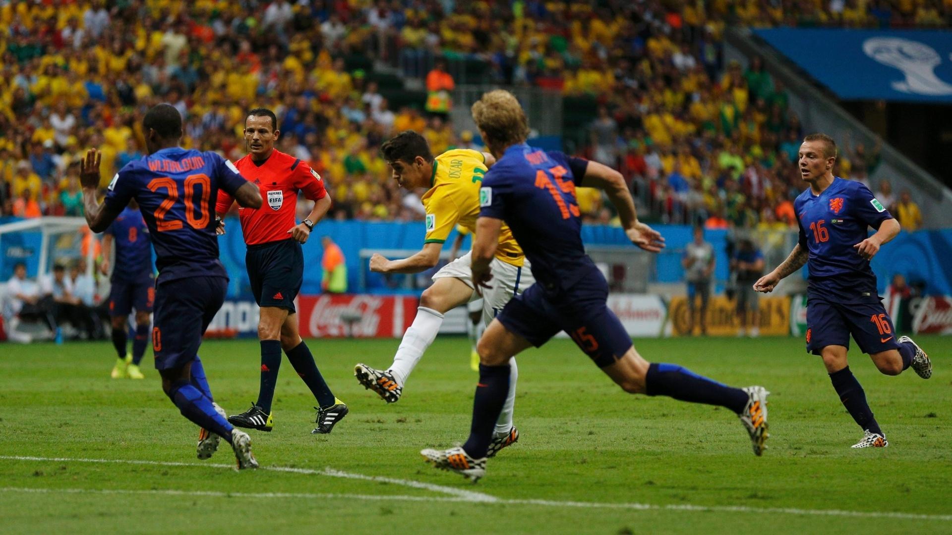 12.jul.2014 - Oscar tenta finalizar a bola na partida entre Brasil e 79871a0c894b2
