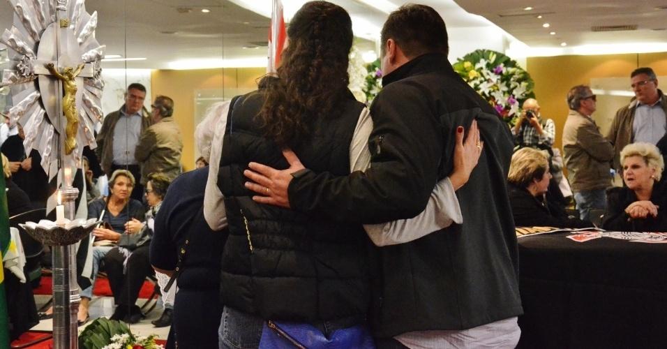 Parentes e amigos prestam homenagem a Osmar de Oliveira, que morreu na sexta-feira após sofrer parada cardíaca