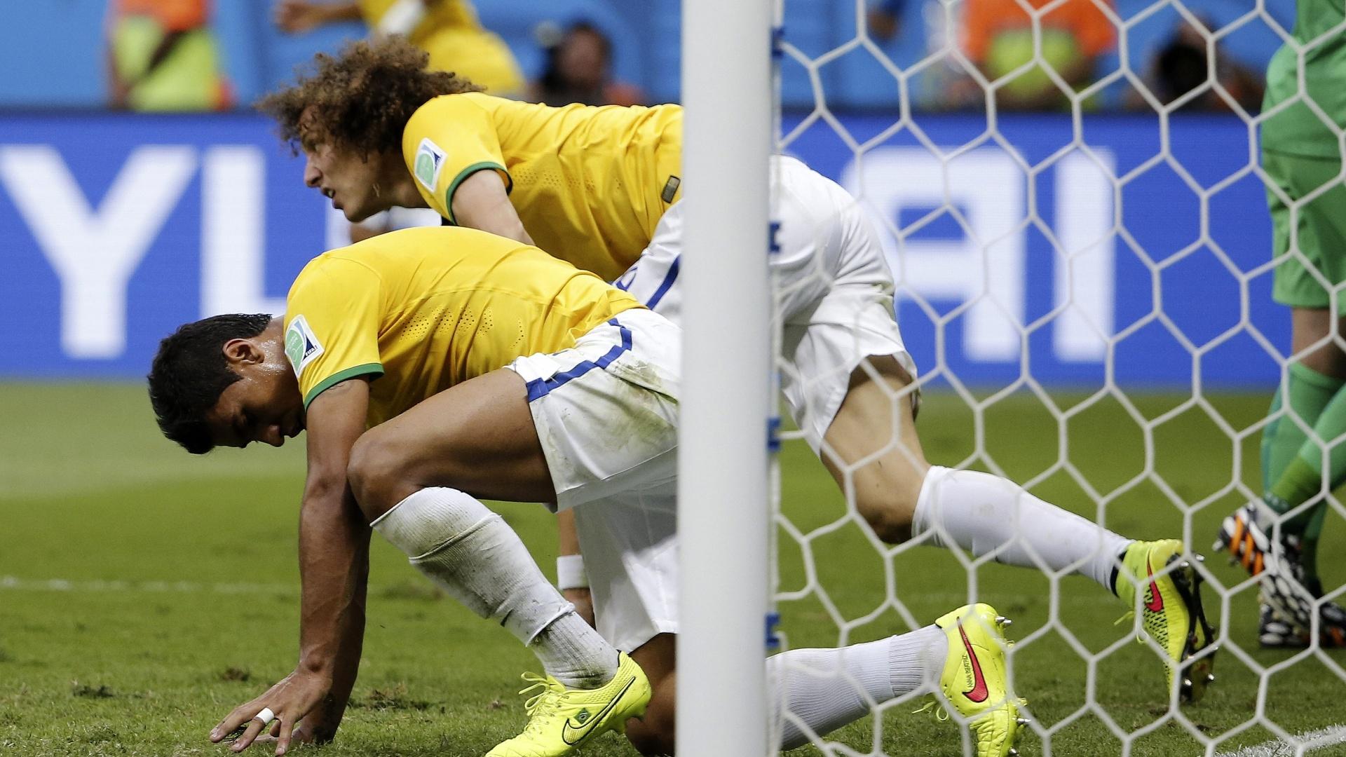 12.jul.2014 - Paulinho e David Luiz se levantam após quase marcar para o Brasil no primeiro tempo contra a Holanda, no Mané Garrincha