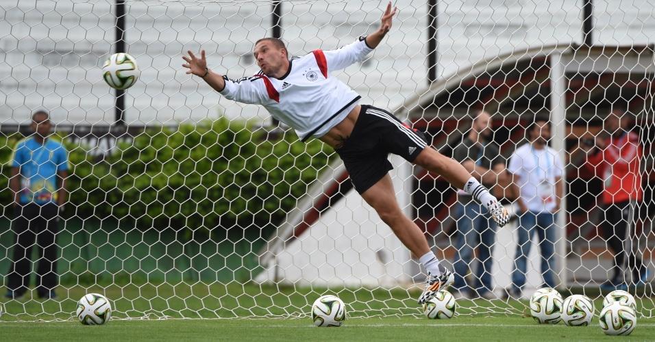 Podolski dá uma de goleiro em treinamento da Alemanha, em São Januário, e voa para fazer defesa