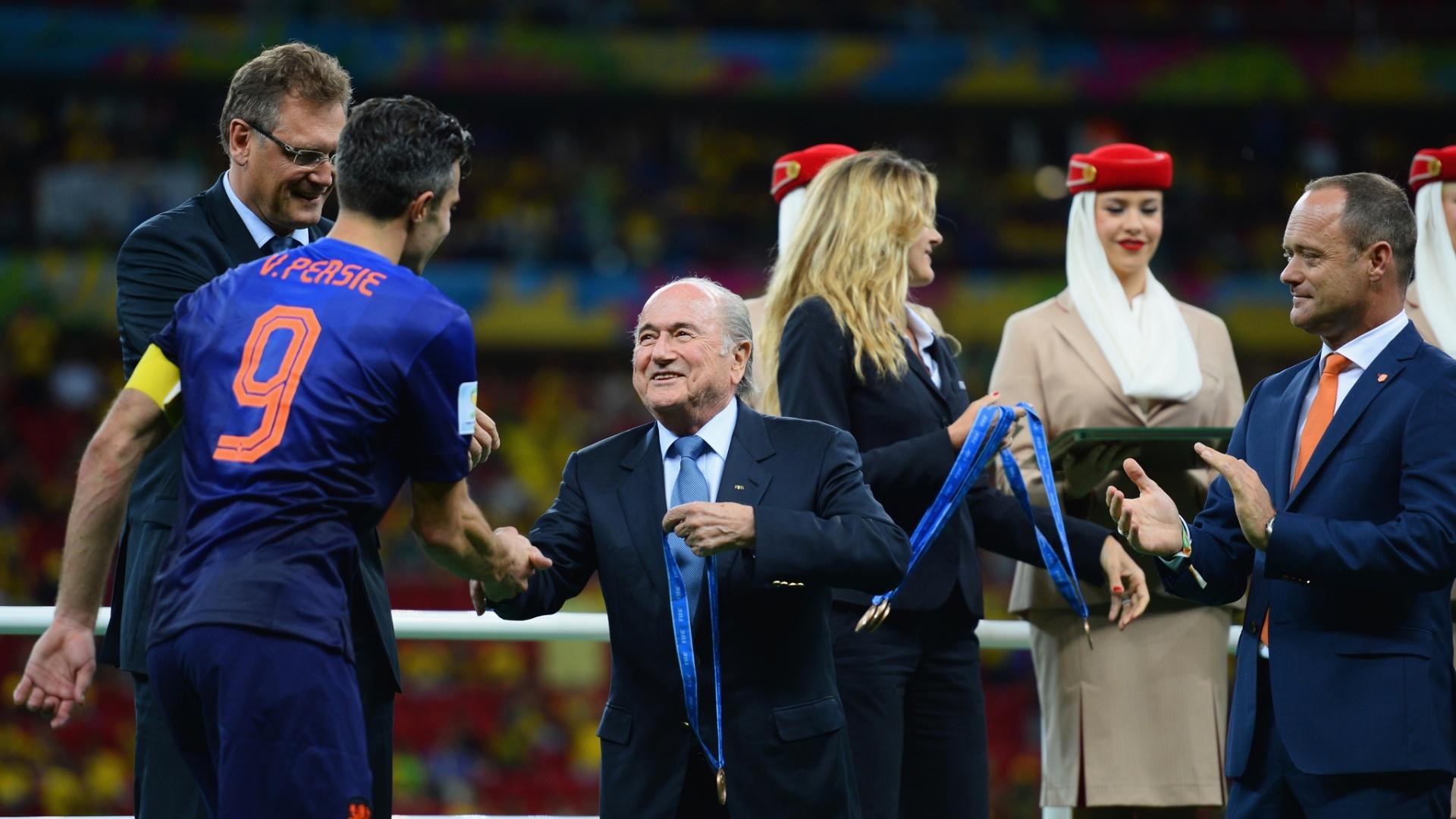 12.jul.2014 - Presidente da Fifa, Joseph Blatter, entrega medalha de bronze para o holandês Robin van Persie, depois da vitória por 3 a 0 sobre o Brasil no Mané Garrincha