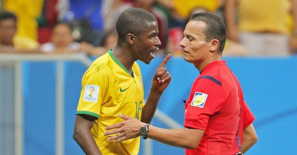 12.jul.2014 - Ramires, que começou a partida como titular, reclama com o árbitro durante a derrota brasileira para a Holanda por 3 a 0 no Mané Garrincha