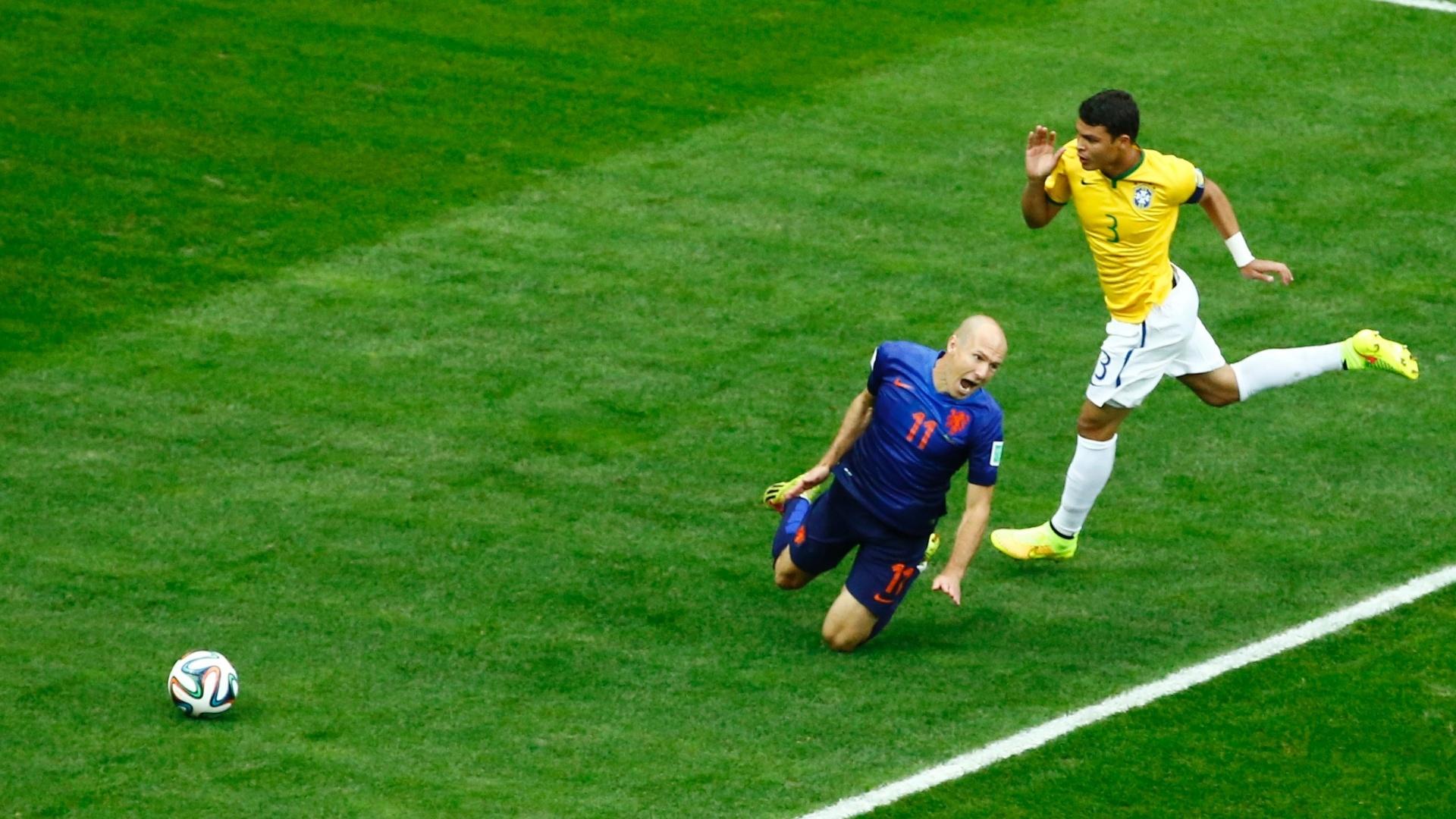 12.jul.2014 - Robben é derrubado por Thiago Silva e o árbitro marca pênalti, que originou o primeiro gol da Holanda na vitória por 3 a 0 sobre o Brasil, no Mané Garrincha