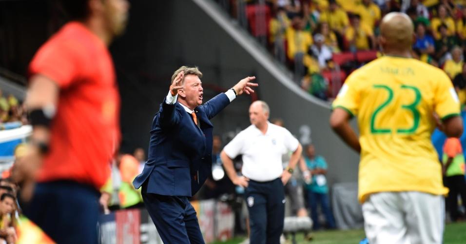 12.jul.2014 - Técnico Louis van Gaal, da Holanda, gesticula durante a partida contra o Brasil, na disputa pelo terceiro lugar