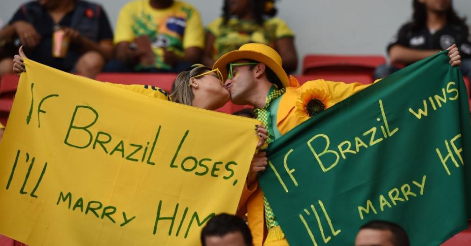 """Tem até promessa de casamento no Mané Garrincha. """"Se o Brasil perder, caso com ele"""", diz ela."""