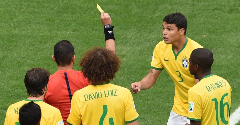 12.jul.2014 - Thiago Silva recebe o cartão amarelo após fazer pênalti em Robben, que originou o primeiro gol da Holanda contra o Brasil
