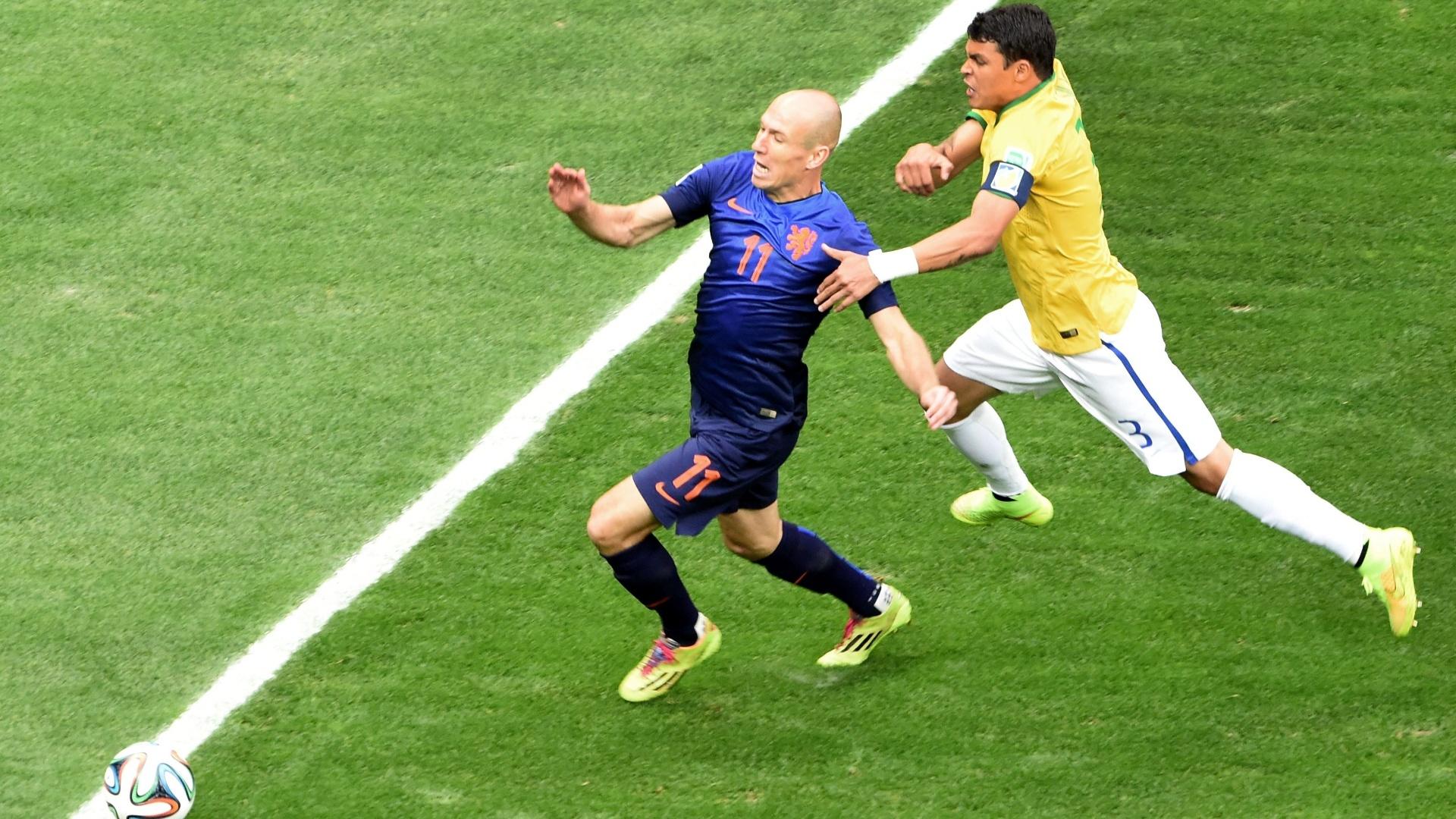 12.jul.2014 - Thiago Silva segura Robben e o árbitro marca pênalti a favor da Holanda, que saiu na frente do placar no Mané Garrincha