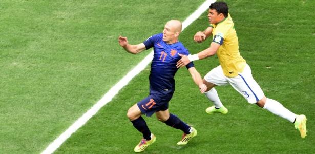 Thiago Silva segura Robben e o árbitro marca pênalti a favor da Holanda