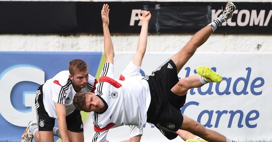 Thomas Müller se aquece antes do treinamento da Alemanha, em São Januário