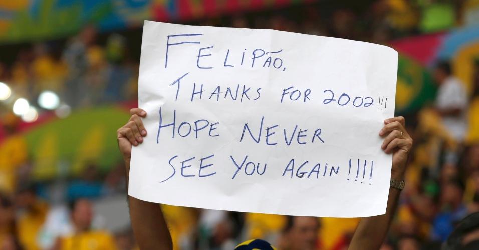 12.jul.2014 - Torcedor leva cartaz agradecendo pelo título de 2002, mas diz que espera nunca mais ver Felipão