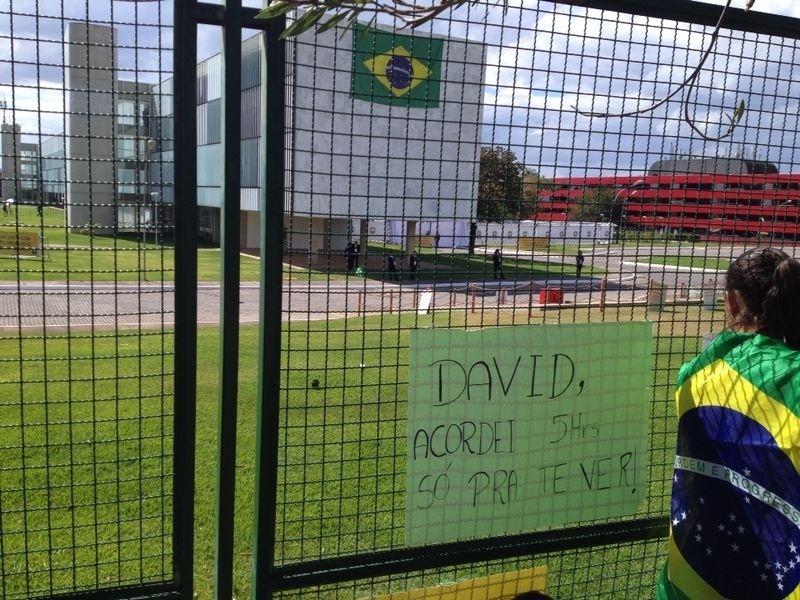 Torcedor preparou faixa para David Luiz na esperança de conseguir uma foto e um autógrafo do ídolo
