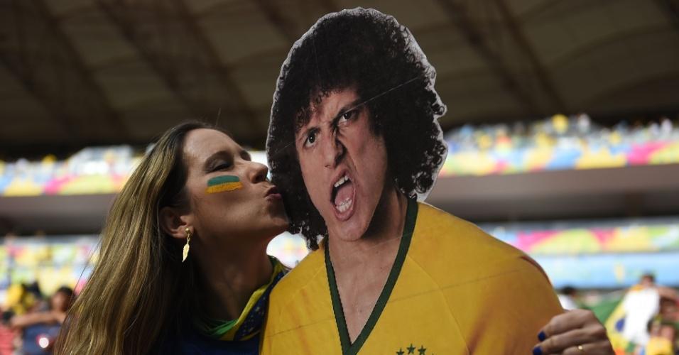 Torcedora beija foto gigante de David Luiz, nas arquibancadas do Mané Garrincha, antes do jogo Brasil e Holanda