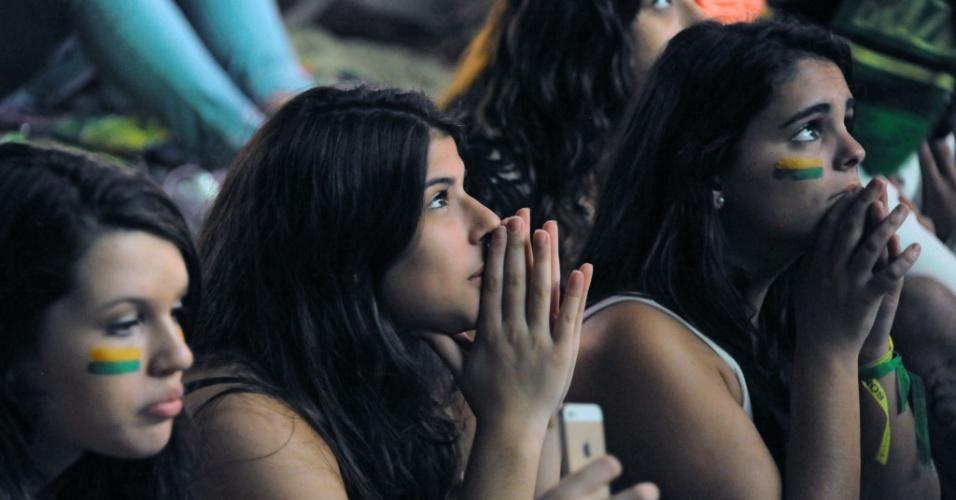 Torcedoras em Copacabana tristes com a derrota do Brasil na disputa do 3º lugar