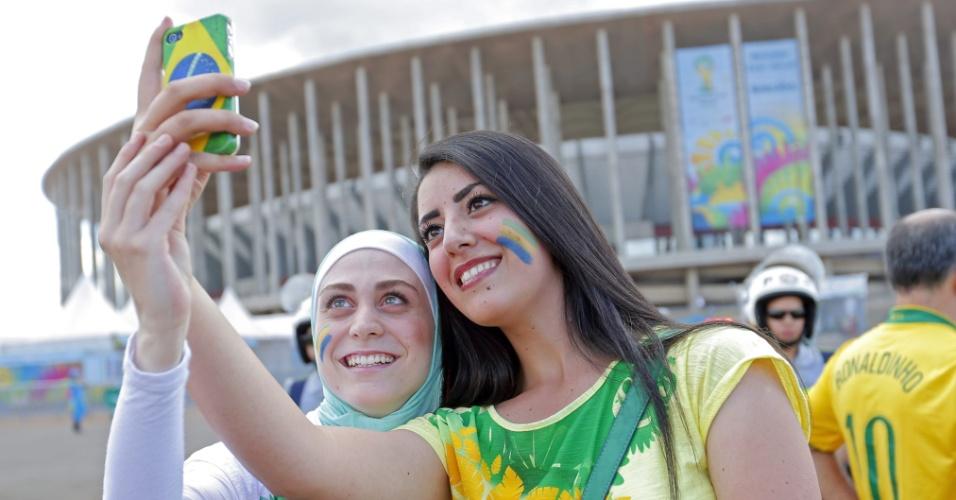 Torcedoras tiram foto do lado de fora do estádio Mané Garrincha, antes do jogo entre Brasil e Holanda