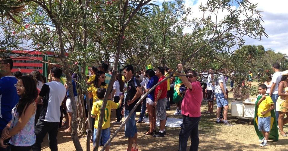 Torcedores aguardam pela saída da seleção brasileira no hotel