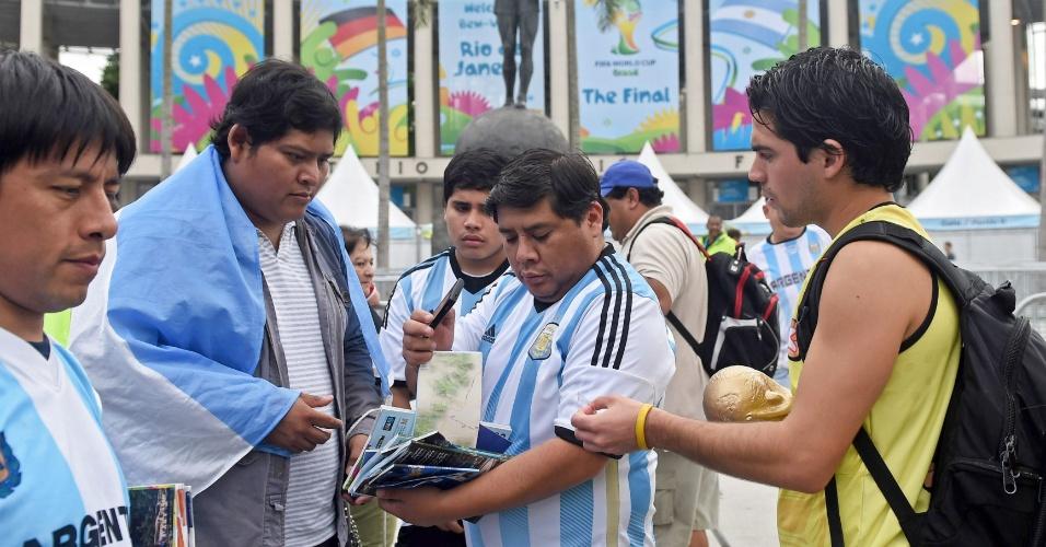 Torcedores da Argentina, no Rio de Janeiro, tenta achar o caminho certo para o estádio do Maracanã, um dia antes da final,contra a Alemanha