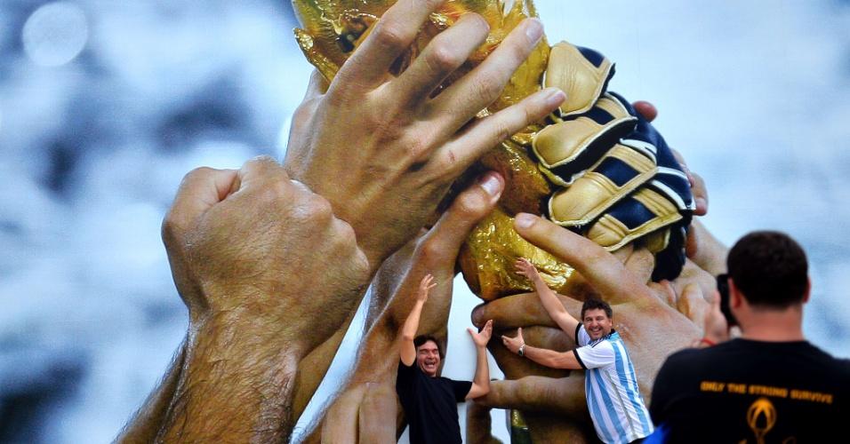 """Torcedores da Argentina posam """"com a mão na taça"""" na praia de Copa Cabana, no Rio de Janeiro"""