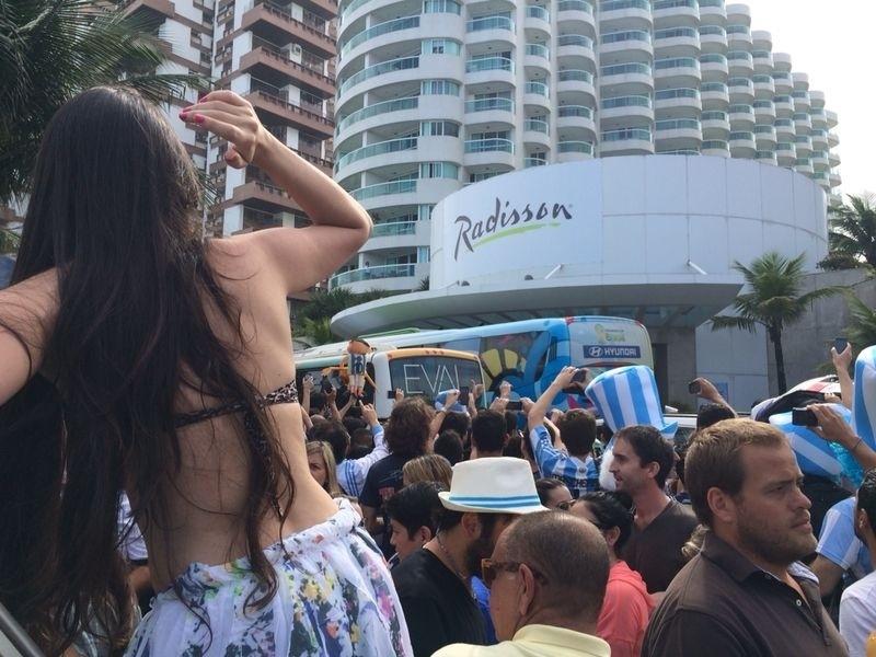 Torcedores se espremem para acompanhar a chegada da seleção argentina a um hotel da Barra da Tijuca, no Rio de Janeiro