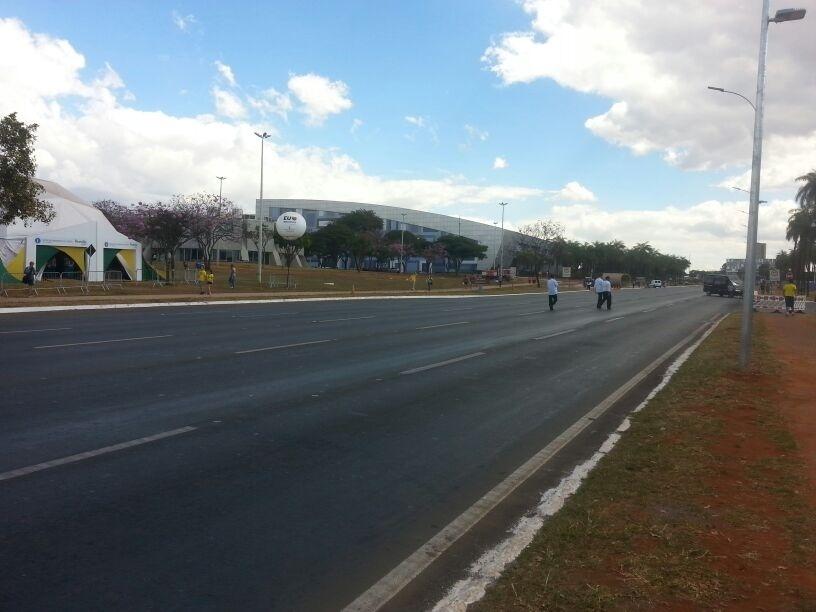 Torcida começa a chegar ao estádio Nacional de Brasília para a disputa do terceiro lugar entre Brasil e Holanda