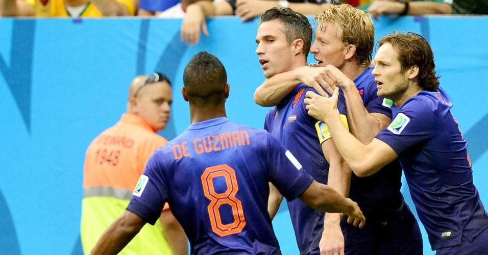 12.jul.2014 - Van Persie comemora com seus companheiros de Holanda após marcar o primeiro gol contra o Brasil, no Mané Garrincha