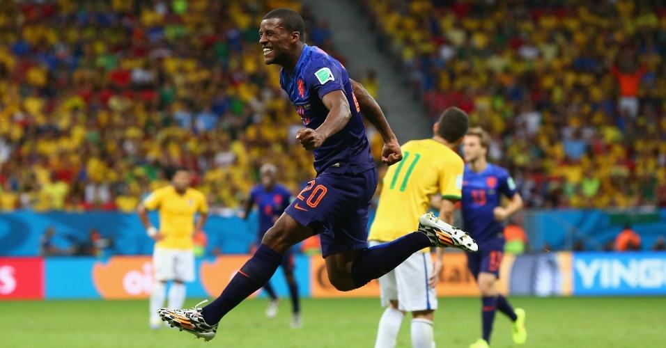 12.jul.2014 - Wijnaldum marca o terceiro da Holanda e comemora a vitória por 3 a 0 contra o Brasil, no Mané Garrincha
