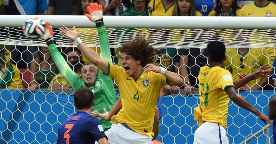 12.jul.2014 - Zagueiro David Luiz vai ataque, mas não consegue marcar na vitória holandesa por 3 a 0 sobre o Brasil no estádio Mané Garrincha