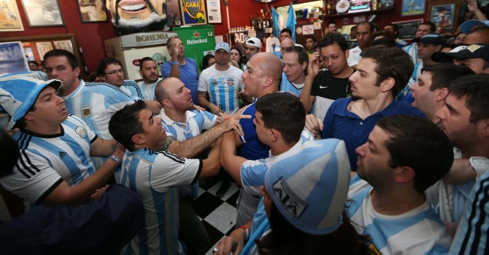 Clima do jogo da final da Copa da FIFA 2014, entre Alemanha x Argentina, no bar Moocaires, bar portenho que fica na Mooca, na zona leste. Torcdeor argentino (careca e de azul escuro) briga com reprter da RedeTV