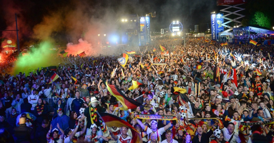 Alemães comemoram conquista da Copa do Mundo nos arredores do Portão de Brandemburgo, em Berlim