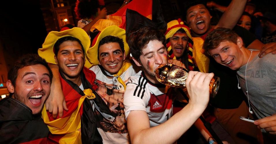 Alemães comemoram e beijam taça da Copa do Mundo pelas ruas de Munique