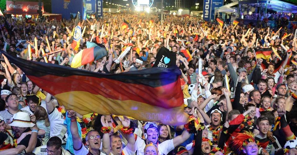 Alemães fazem festa pelas ruas de Berlim após conquista da Copa do Mundo do Brasil