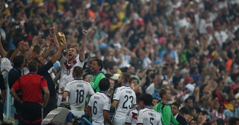 Alemães levantam a taça da Copa do Mundo no Maracanã