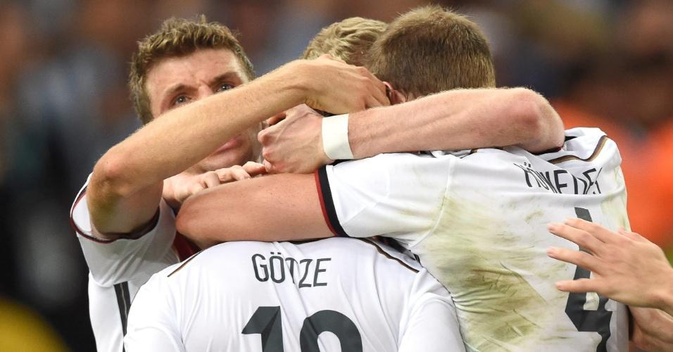 Alemães se abraçam para celebrar o título na Copa em pleno Maracanã