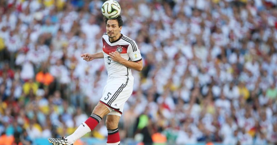 Alemão Hummels cabeceia a bola durante a final contra a Argentina