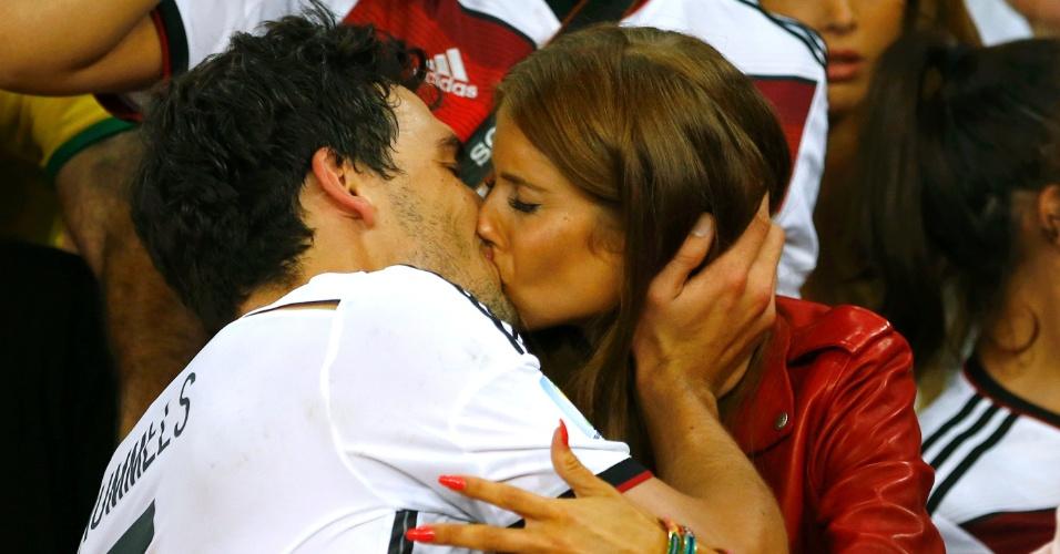 Alemão Mats Hummels beija sua namorada Cathy Fischer após a vitória contra a Argentina na final da Copa do Mundo