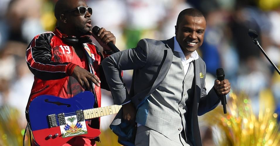 Alexandre Pires e músico Wyclef Jean cantam na cerimônia de encerramento da Copa do Mundo, no Maracanã