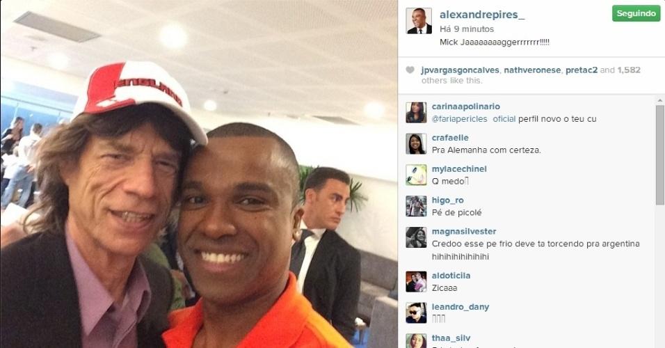 Alexandre Pires tira 'selfie' com Mick Jagger no Maracanã durante a final da Copa do Mundo entre Alemanha e Argentina