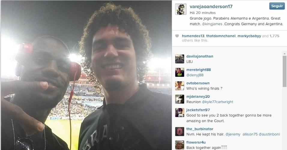 Anderson Varejão tira 'selfie' com LeBron James no Maracanã após o título da Alemanha