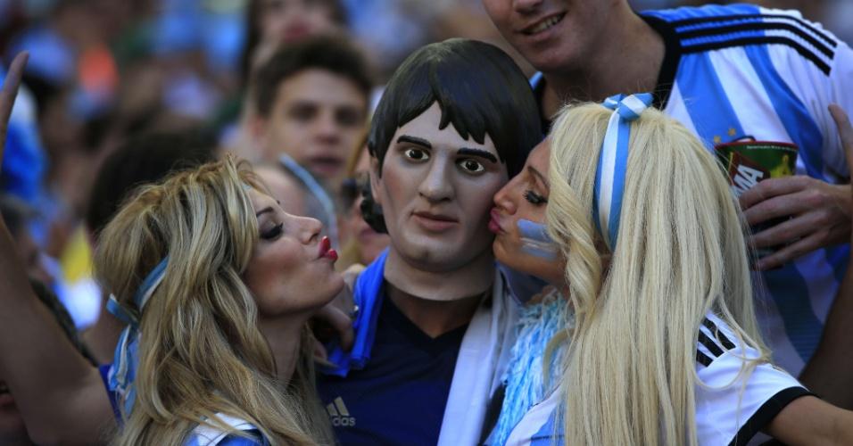 Argentinas beijam torcedor com a máscara de Messi