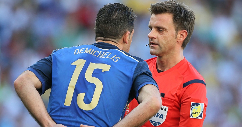 Argentino Demichelis encara árbitro italiano Nicola Rizzoli na final contra a Alemanha