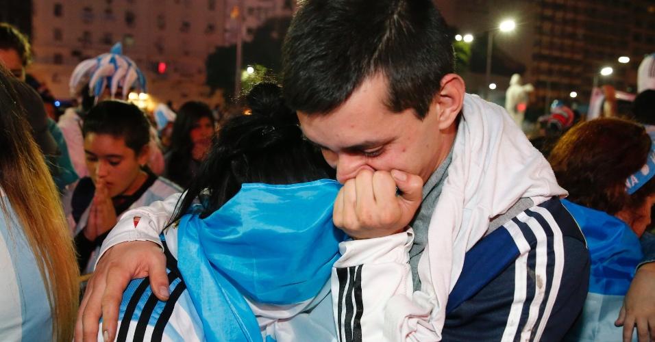 Argentinos em Buenos Aires lamentam perda do título mundial para a Alemanha após gol de Mario Götze