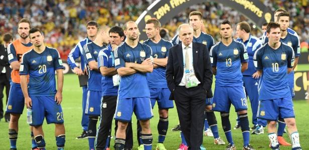 Jogadores argentinos e o técnico Alejandro Sabella assistem à festa da Alemanha campeã