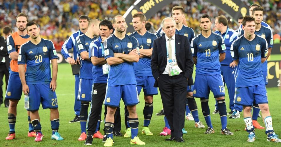 Argentinos ficam no gramado enquanto os jogadores da Alemanha celebram o título no Maracanã