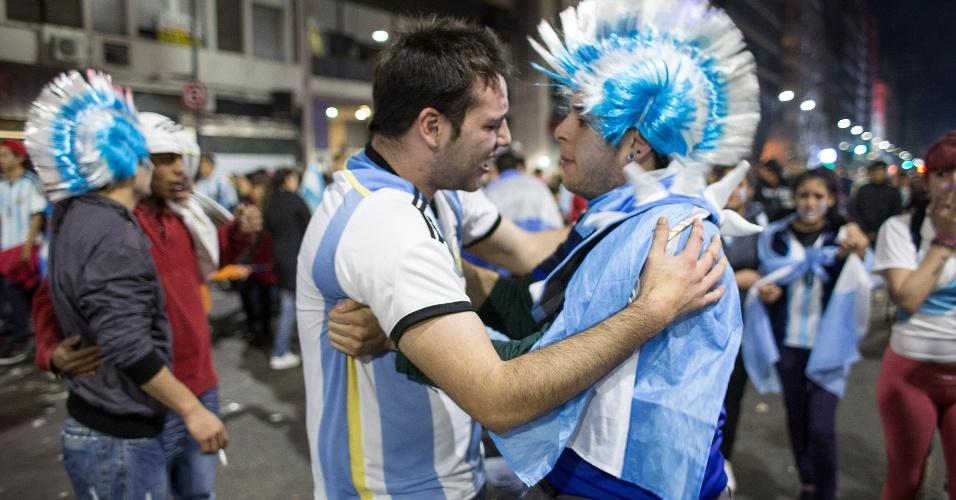 Argentinos se consolam nas ruas de Buenos Aires após perda do título para a Alemanha